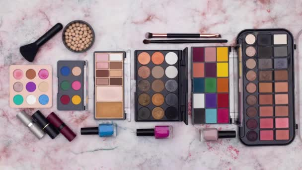 Zastavit animaci make up a kosmetické výrobky jsou na stole