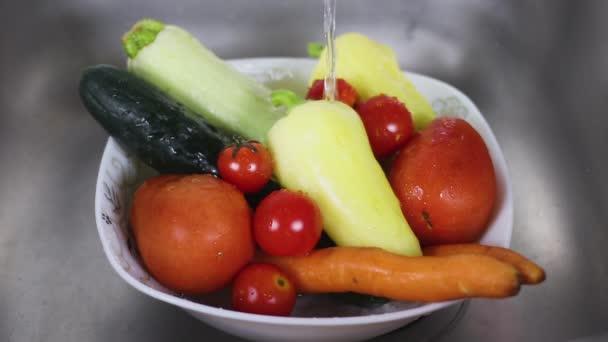 Friss és tiszta víz a bio zöldségekkel, fehér edényben