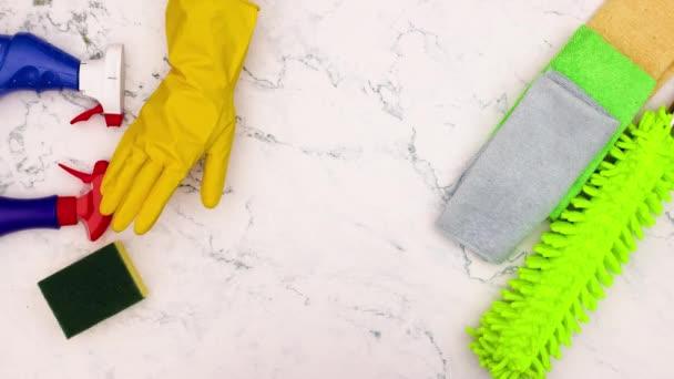 Stop-Motion-Animation der Hand mit gelben Handschuhen reinigen Sie den Tisch mit Schwamm