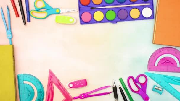 Stop motion animáció az iskolaszerek mozog a szélén az asztal, mint a keret
