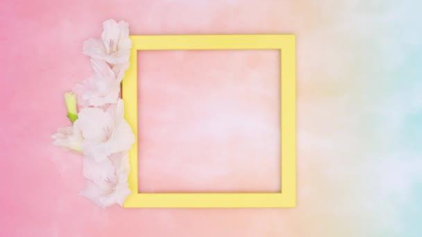 Gelber leerer Rahmen mit buntem Thema. Stop-Motion