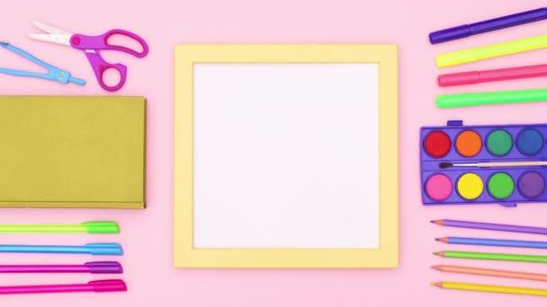 Vissza az iskolába levélpapír és sárga keret szöveges rózsaszín téma. Állj!
