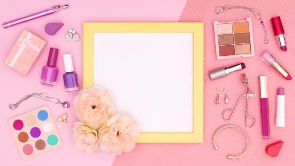 Make-up a kosmetické výrobky pro ženy se žlutým rámečkem pro text nebo logo na růžové téma. Zastavit pohyb