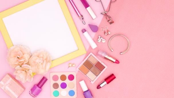 Smink és kozmetikai termékek a nő sárga keret szöveg vagy logó rózsaszín téma. Állj!