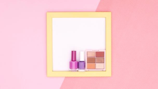 Doplňte kosmetické výrobky a doplňky uvnitř rámu na růžové téma. Zastavit pohyb