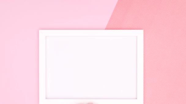 Bílý prázdný rám pro text nebo logo a make-up a kosmetické výrobky a dámské doplňky na růžové téma. Zastavit pohyb