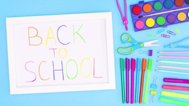 Zurück zum Schultitel im Rahmen mit Schulpapier. Stop-Motion-Animation o zurück zur Schultonne