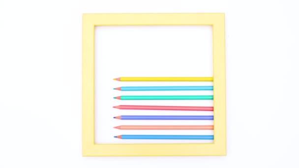 Színes ceruzák belül sárga keret fehér téma. Állj!