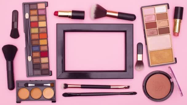 Smink kozmetikai termékek és keret szöveget rózsaszín téma. Állj!