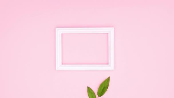 Zöld levél és fehér romantikus keret rózsaszín téma. Állj!