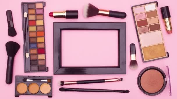 Vyrobte kosmetické výrobky a rámec pro text na růžové téma. Zastavit pohyb