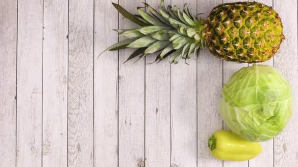 Objeví se čerstvá zelenina a ovoce a vyplní dřevěné téma. Zastavit pohyb
