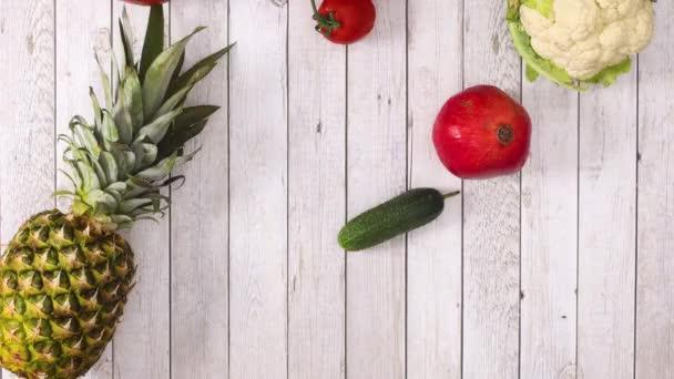 Čerstvé ovoce a zelenina padající na dno dřevěného tématu. Zastavit pohyb