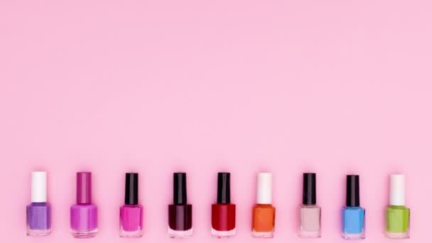 Černé lak na nehty lahve změnit barvu na růžové téma. Zastavit pohyb