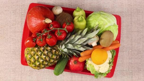 Piros tálca tele gyümölcsökkel és zöldségekkel. Állj!