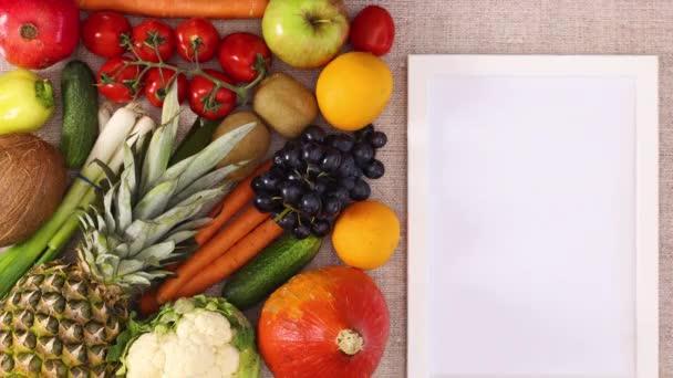 Üres szövegkeret jelenik meg a jobb oldalon gyümölcsök és zöldségek mellett. Állj!