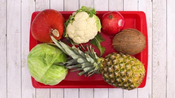 Szerves zöldségek és gyümölcsök jelennek meg piros tálcán fa témában. Állj!