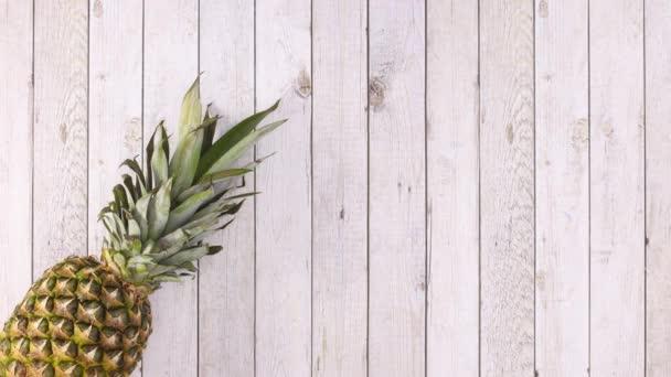Ekologická zelenina a ovoce se objevují na levé straně lehkého dřevěného tématu. Zastavit pohyb