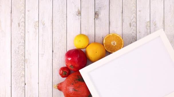 Bílý rám a ovoce a zelenina pod rámem na pravé straně. Zastavit pohyb
