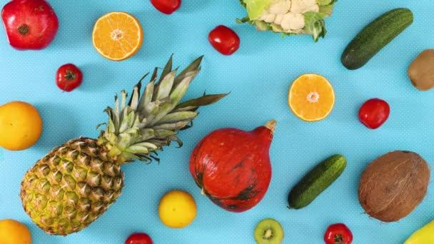 Ovoce a zelenina blikají na modré téma. Zastavit pohyb