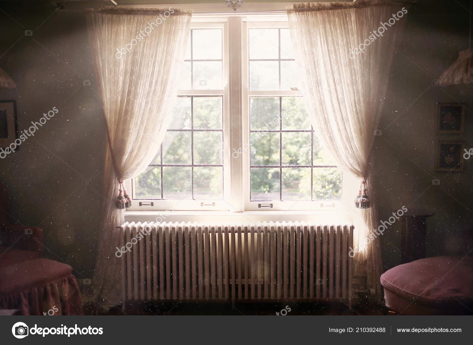 Eine Große Sonnige Und ätherisch Fenster Mit Sprossen Ist Offenen