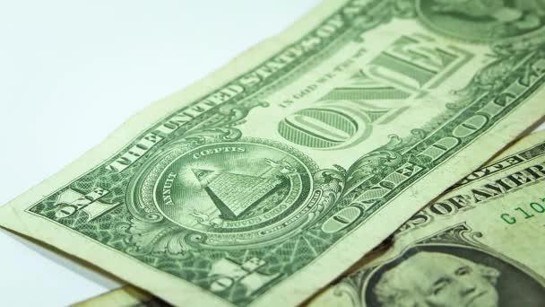 Muž, který položil dvě věže mincí na dva dolarové bankovky
