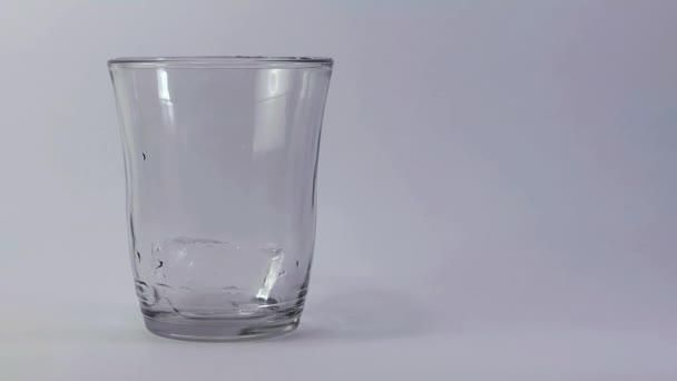 Osoba servírovací limonádu ve skle