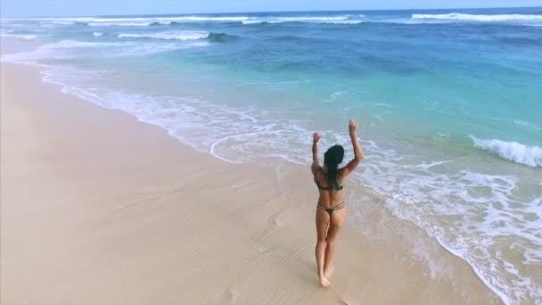 Fiatal vonzó nő élvezi pihenni a homokos strandon