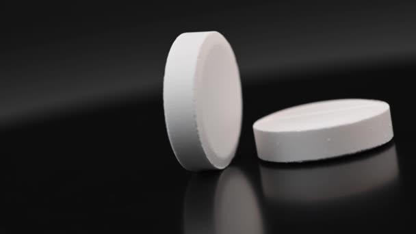 weiße Pille auf schwarzem Hintergrund, Makroaufnahme