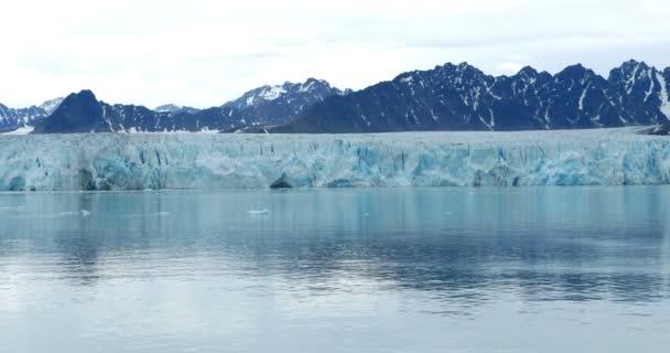 Gleccser-hegység festői kilátás borított óceán víz közelében