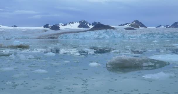 Lebegő kék jéghegy és a hegyekre festői kilátást