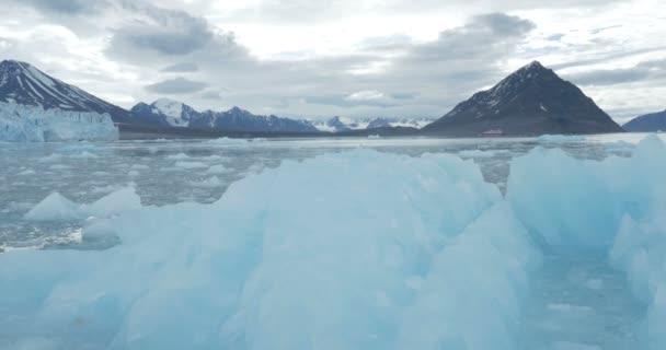 Malebný pohled plovoucí modré ledovce a hory