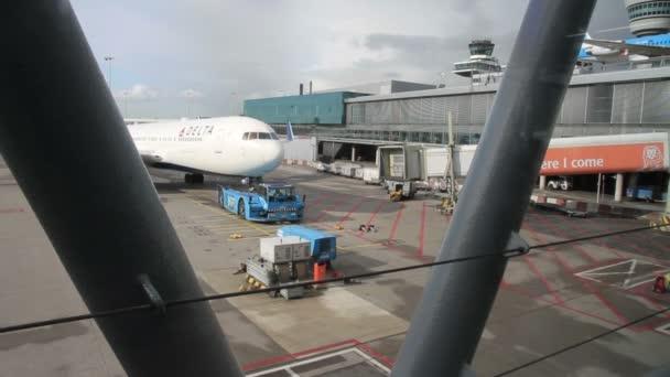 Malebný pohled z letadla na letišti Schiphol, Amsterdamu