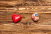 pohled na lidský mozek a červené srdce na dřevěné ploše