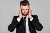 vyčerpaná obchodník v černém obleku, jehož bolest hlavy byla izolována na šedé
