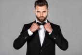 elegáns férfi fekete öltönyt rögzítő csokornyakkendő izolált szürke