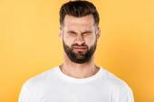 ijedt jóképű ember fehér póló hunyorogott izolált sárga