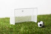 játék futball kapuk és labda zöld füvön elszigetelt fehér, sportfogadás koncepció