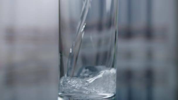 Zavřít sklenici s čistou pitnou vodou, pohyb fotoaparátu nahoru