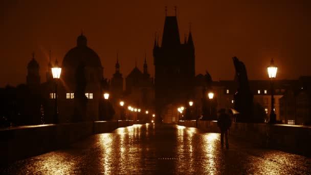 noční déšť na Karlově mostě