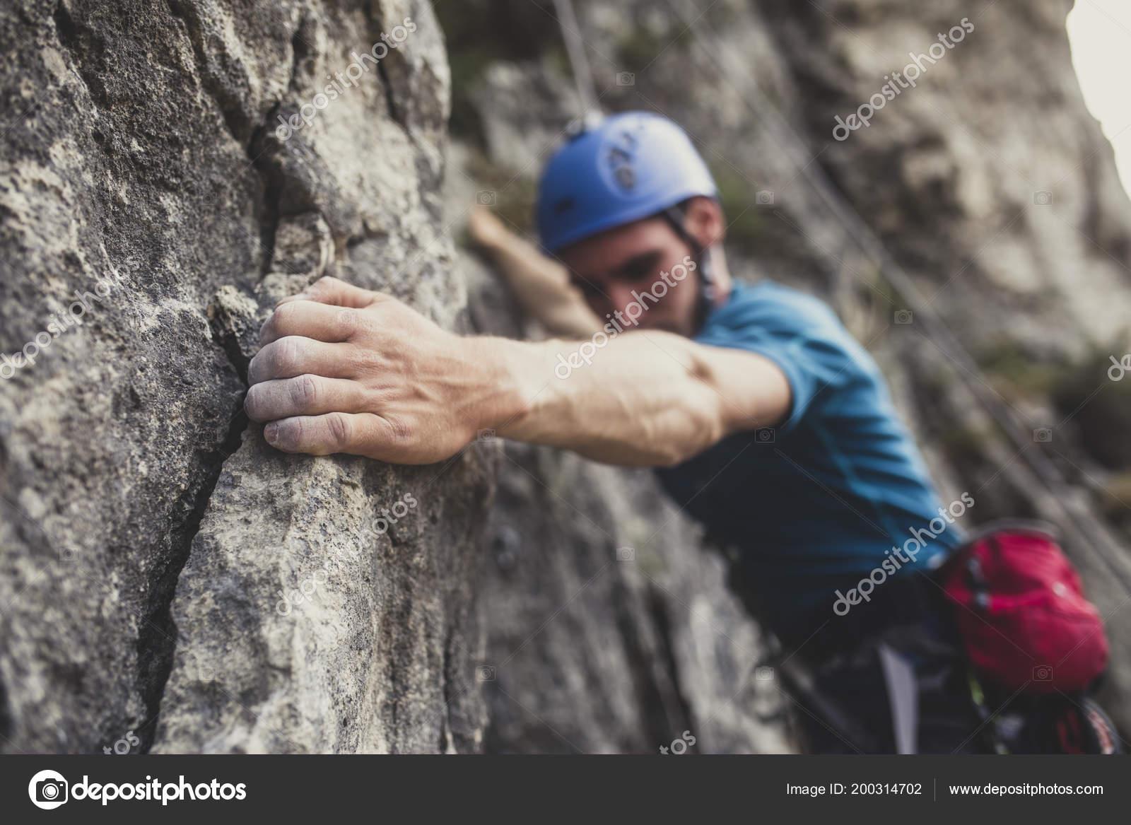 Kletterausrüstung Outdoor : Ein mann einen outdoor natürlichen felsen klettern u stockfoto