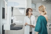 Fotografie Frau Onkologen sprechen mit ihren Patienten bei der Mammographie-Untersuchung
