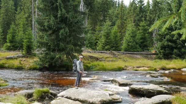 Řeka Jizera mountains. Tramp je obdivování přírody krajiny. Polsko