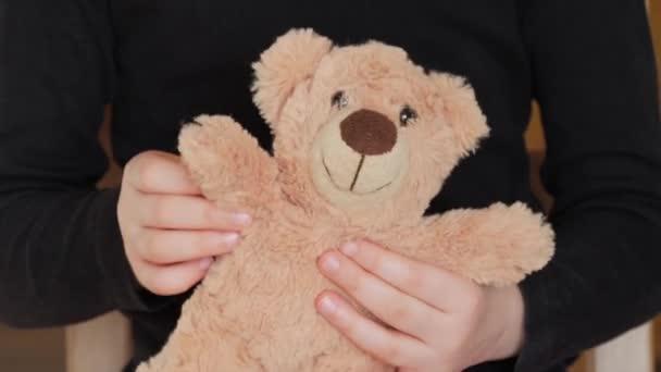 Mackó, kezében egy kisgyermek