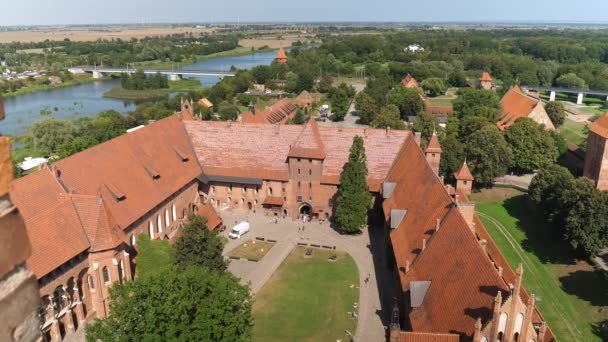 Prohlédněte si hrad Malbork a řeku Nogat. Nádvoří středního hradu