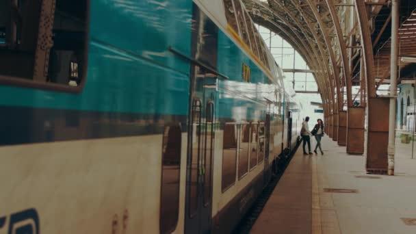 Praha Česká republika - 06.08.2016: Nádherný pár přijíždí pro svou dovolenou na hlavní vlakové nádraží v Praze, Česká republika