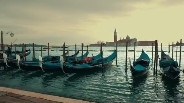 Romantická dovolená Benátky cestovní pozadí - gondoly v benátskou lagunu od náměstí svatého Marka San Marco s kostelem San Giorgio di Maggiore v pozadí ve večerních hodinách v Benátky, Itálie