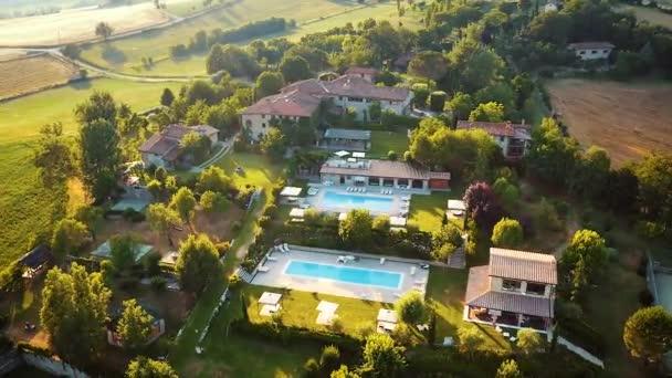 poppi italien - 03.07.2015: Luftaufnahme des traditionellen italienischen Villenortes mit Hof und Garten im Sonnenuntergang, Toskana, Italien