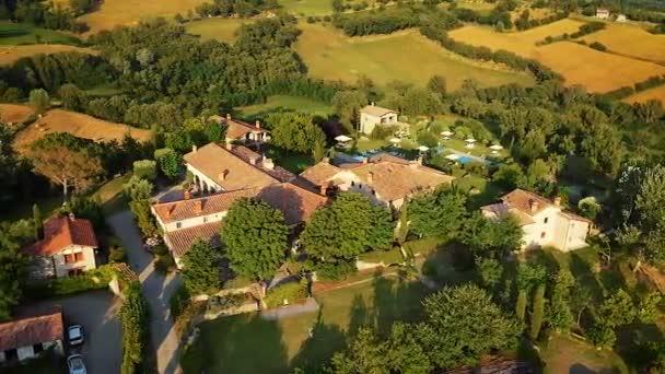 poppi italien - 03.07.2015: Luftaufnahme des traditionellen italienischen Villenortes mit Hof und Garten, Toskana, Italien