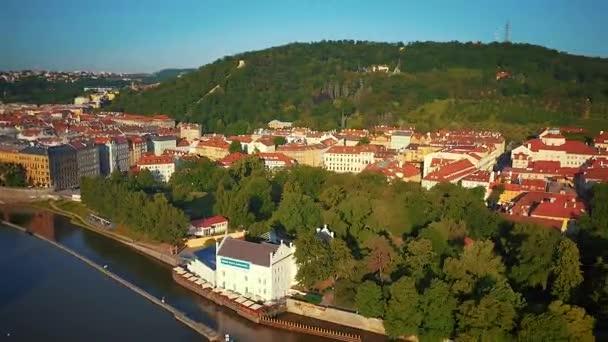 Vzdušný, letící nízko nad Vltavu s Pražským hradem v pozadí v Praze, Česká republika